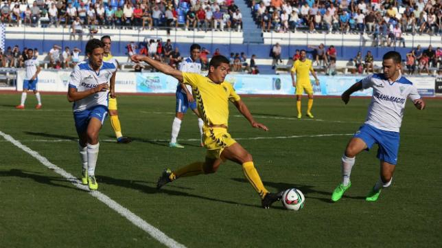Garrido pelea con un balón ante rivales del Marbella