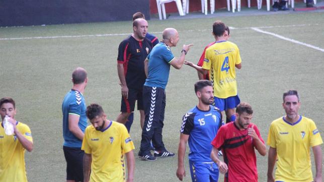 Claudio recrimina una acción a un rival en el descanso
