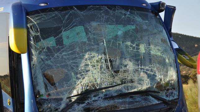 Imagen del autobús del Mérida tras sufrir el accidente.