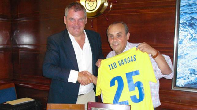 Theo Vargas recibió el reconocimiento del Cádiz tras 25 años retransmitiendo partidos del equipo amarillo.