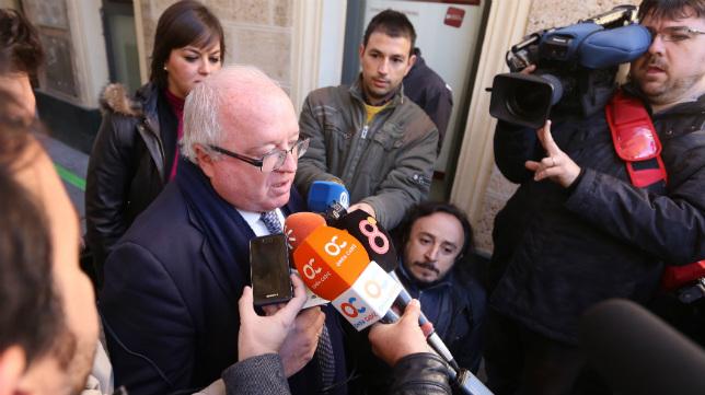 El apoderado de Locos por el Balón, Carlos Medina, atiende a los medios el día de la subasta.
