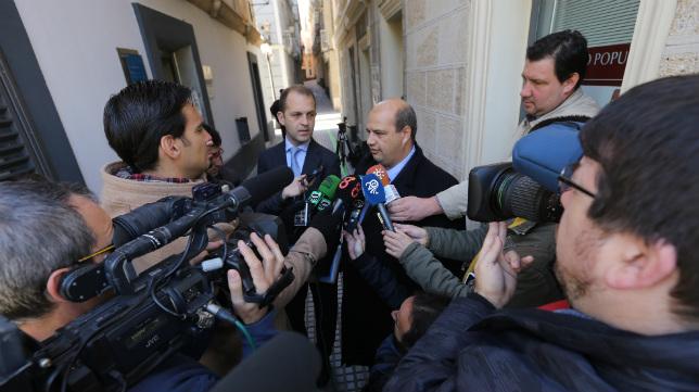 Enrique Zarza comparece ante los medios tras la subasta del 3 de diciembre de 2013.