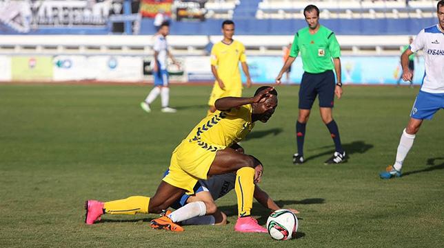 Wilson Cuero pelea por un balón con un rival
