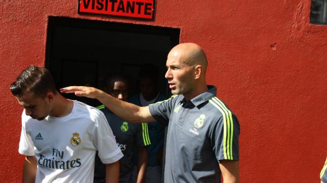 Zidane da ánimos a uno de sus jugadores en el campo del Mensajero.