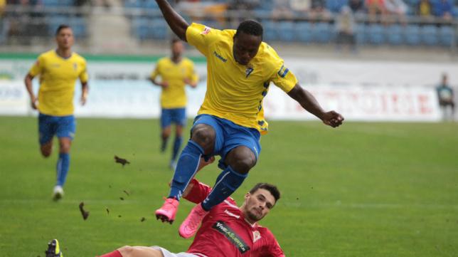 Cuero pelea por un balón ante un jugador del Murcia