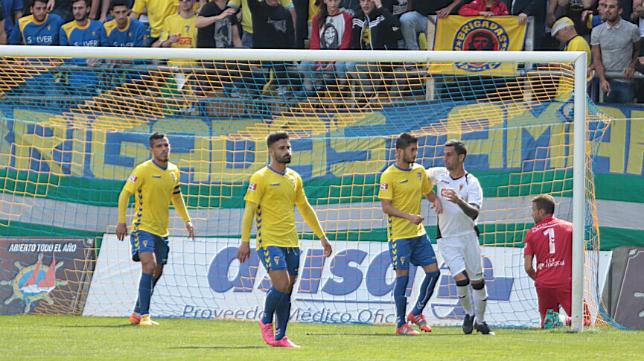Kike Márquez, Josete y Machado en el partido ante el San Roque