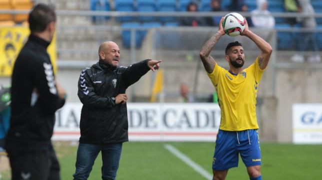 Cristian, que se dispone a sacar de banda ante la presencia de Claudio, ya no forma parte del Cádiz CF