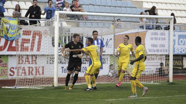 Abel Gómez le pide el balón al portero al meta de La Hoya tras el empate