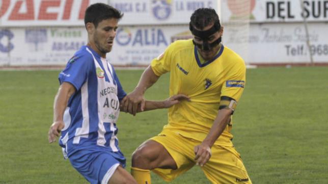 Josete jugó con una máscara protectora en Lorca
