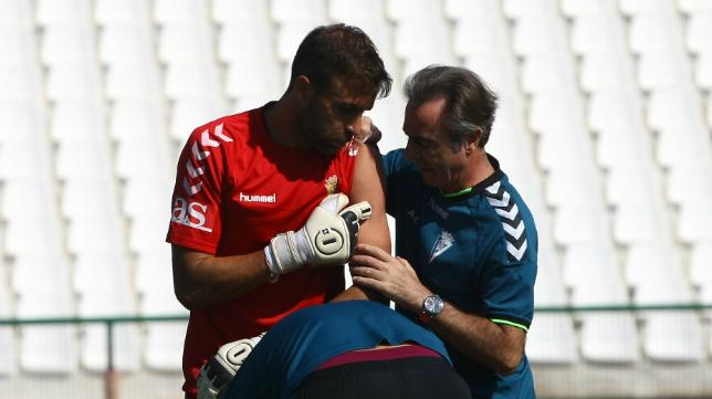 Cifuentes es atendido por un golpe durante el partido