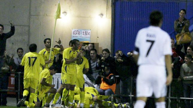 Raúl González Blanco, de espaldas y cabizbajo, mientras los jugadores del Alcorcón celebran la gesta.