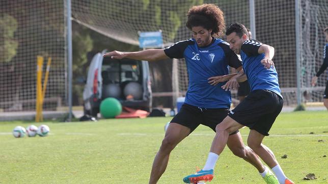 Aridane y Mantecón pelean por el balón