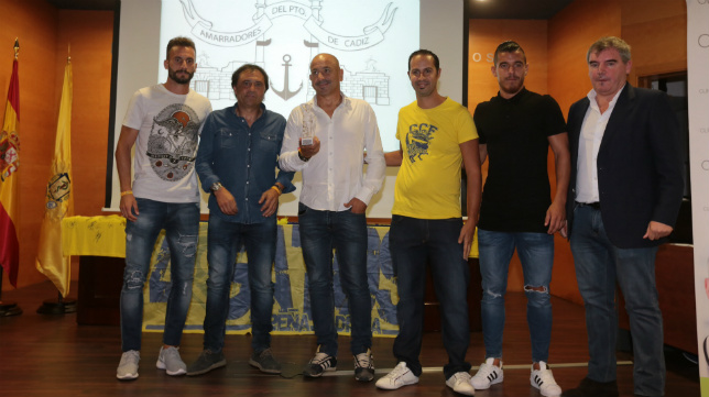 Servando, Alfredo, Claudio, Josete y Vizcaíno recogen su premio-castigo.