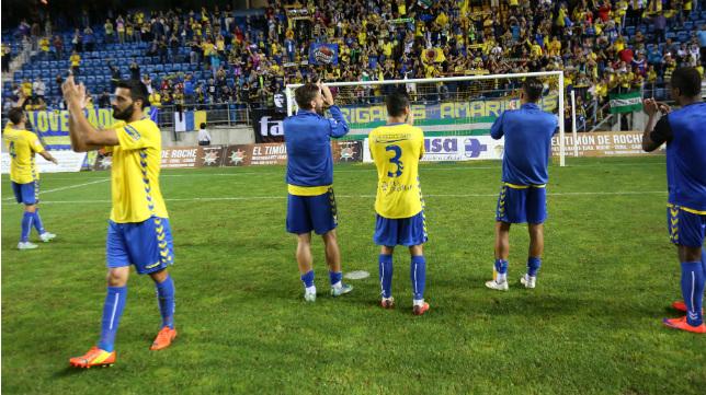 Los futbolistas del Cádiz CF celebran el pase de Copa ante el Laredo.