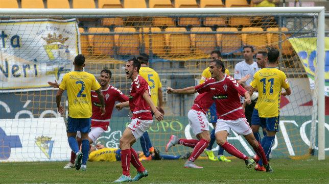 Los jugadores del Murcia celebran el gol de Azkorra en Carranza tras el saque de una falta.