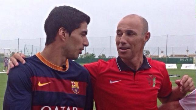 Antonio Calderón junto al delantero del Barcelona, Luis Suárez.