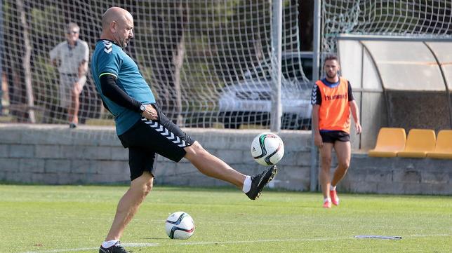 El entrenador del Cádiz CF Claudio en El Rosal