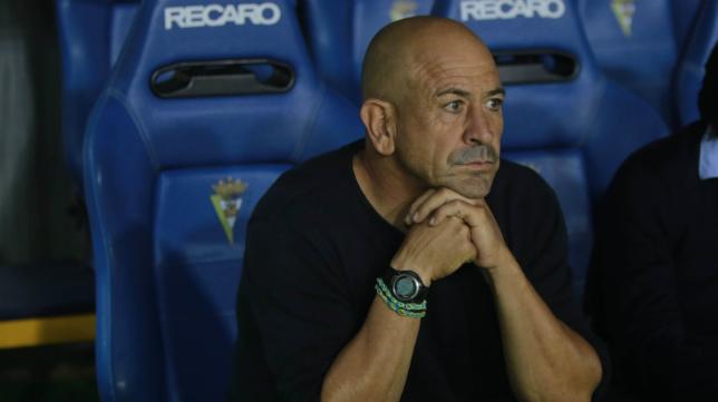 Claudio Barragán. en el banquillo del Cádiz.