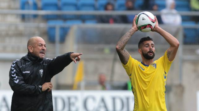 Claudio da instrucciones a Cristian en el partido ante el Murcia.
