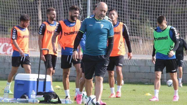 Claudio dirige un entrenamiento en El Rosal