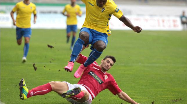 El césped de Carranza ya se levantaba muchísimo en el partido ante el Murcia.