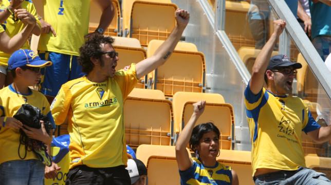 Kichi, junto a Teresa Rodríguez, celebra en fondo sur el gol de Jona ante el Bilbao Athletic que hizo soñar al cadismo.