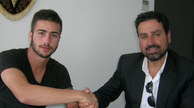 El abogado Martín José García Marcihal y el jugador José Mari se estrechan la mano tras el acuerdo.