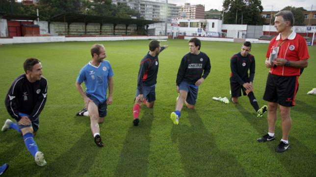 Jose Gómez da instrucciones a sus pupilos en un entrenamiento del CD Laredo.