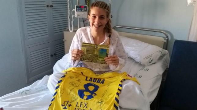 Laura Delgado posa con su nueva camiseta del Cádiz CF.