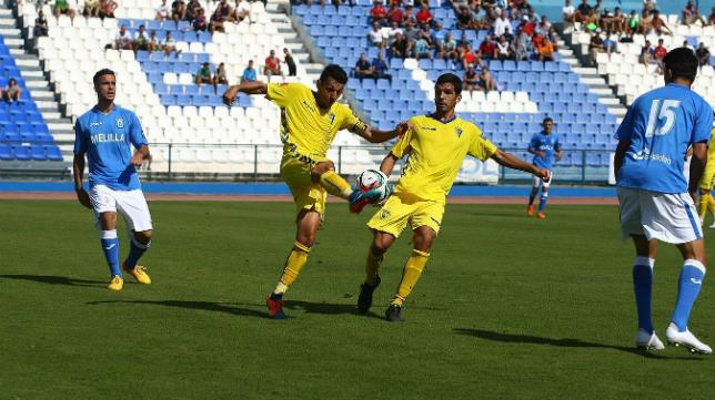 Garrido disputa un balón con Mantecón en Melilla