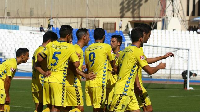 Los jugadores del Cádiz CF celebran el gol en el Álvarez Claro