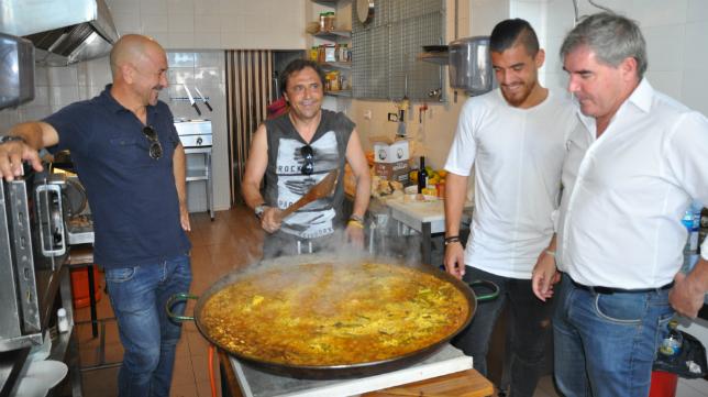 Claudio, Alfredo, Josete y Vizcaíno en torno a la paella