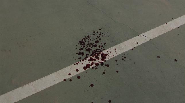 Manchas de sangre en el aparcamiento de El Rosal tras el incidente entre ultras.