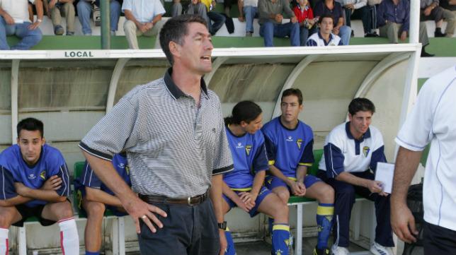 Sebastián Herrera, en su etapa como entrenador del Cádiz CF B, con Jesús Casas, detrás.