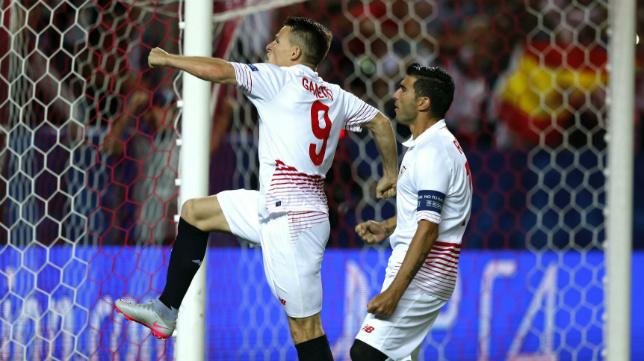 Reyes celebra un gol en su etapa con el Sevilla