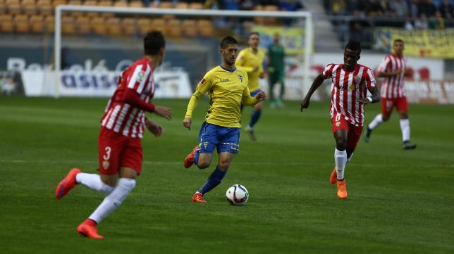 Machado conduce el balón ante jugadores del Almería