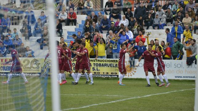 El equipo celebra el gol de Álvaro García.