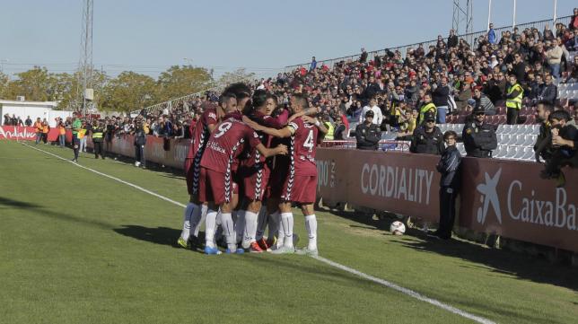 Los jugadores del Cádiz celebran el gol en Sevilla