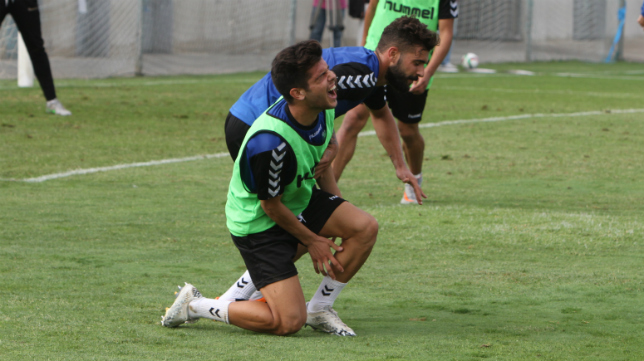 Alberto Quintana ha pasado de jugar con el primer equipo a hacerlo ahora con el filial.