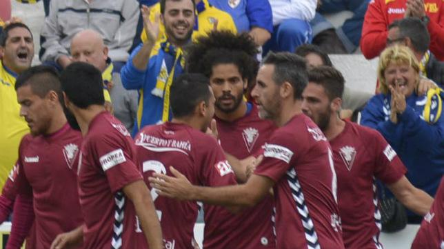 Aridane y Abel celebran el tanto de Álvaro en Linares.