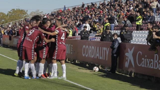 Los futbolistas del Cádiz CF celebran el gol en Sevilla junto a su afición.
