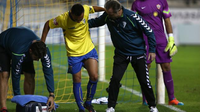 Álvaro García tuvo que ser atendido durante el encuentro.
