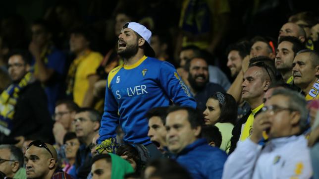 Un aficionado muestra su descontento con el juego del Cádiz CF en Carranza.