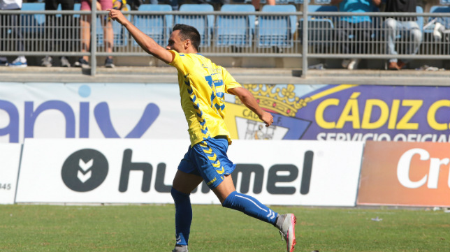 Álvaro García celebra el gol del empate ante el San Roque de Lepe en Carranza.