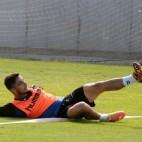 Tomás despeja un balón desde el suelo en un entrenamiento en El Rosal.