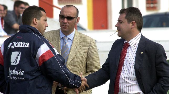 Cristóbal Soria saluda a Manuel Vizcaíno en presencia de Monchi.