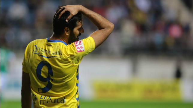 Puerto y Bahía SL luce arriba del dorsal en la camiseta del Cádiz CF.
