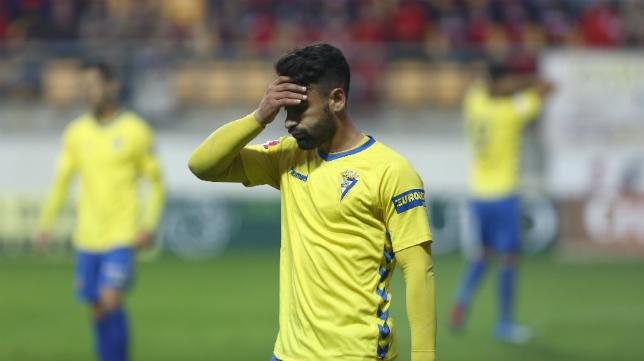 Kike Márquez se lamenta tras una acción en el partido ante el Almería B.