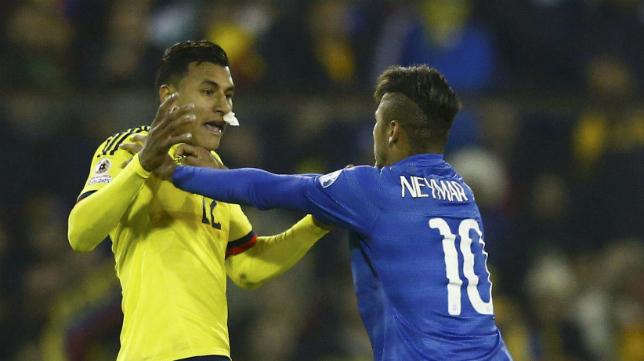 Jeison Murillo, en un rifirrafe con Neymar en un duelo entre Colombia y Brasil.
