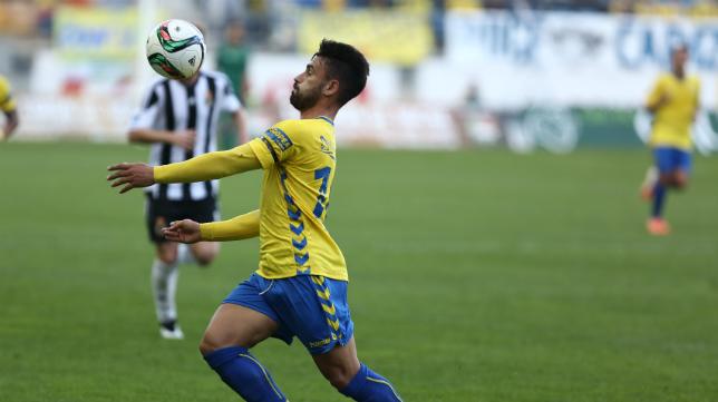 Kike Márquez controla un balón.